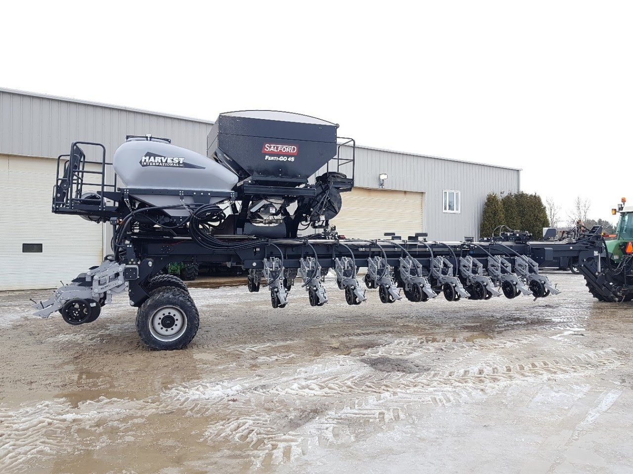 Harvest International 24 Row Corn Planter Equipped with Liquid and Dry Fertilizer